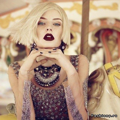 темная помада, блонд, холодный блонд, стрижка каре, бордовая помада, стильная одежда, украшения