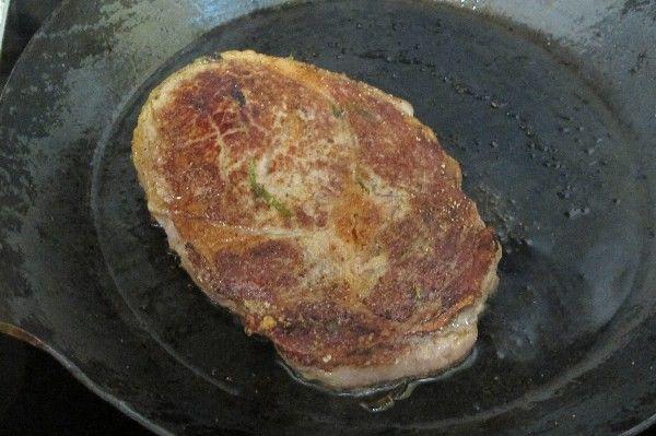 """Rib-Eye-Steaks Rezept  - Gesund Abnehmen! Low carb, wenig Kohlenhydrate und viel Fett! Als Rib-Eye-Steak  bezeichnet man Rinder-Steaks  aus der Hochrippe. Der Name leitet sich vom innen liegenden Muskelstrang der Hochrippe ab, dem so genannten """"runden Roastbeef"""" """". Dieses Muskelfleisch wird vom fettgewebsreicheren Hochrippendeckel umrahmt.  Der Name Rib-Eye kommt vom typischen Fettkern, der etwa die Größe eines 1 Euro Stücks hat und wie ein Auge aussieht. Stammt das Fleisch zudem vom…"""