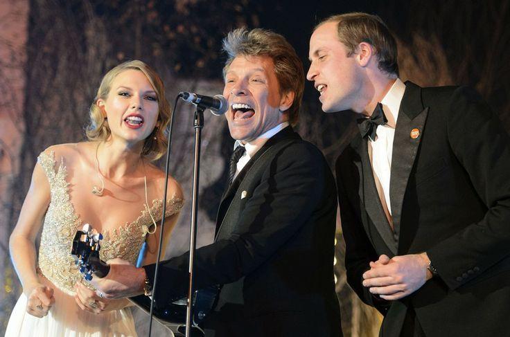 A cantora americana Taylor Swift canta com Jon Bon Jovi (ao centro) e o príncipe William durante um jantar beneficiente no palácio de Kensington, Londres, na noite desta terça-feira (26) - http://epoca.globo.com/tempo/fotos/2013/11/fotos-do-dia-27-de-novembro-de-2013.html (Foto: AP Photo/Dominic Lipinski)