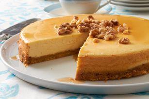 Qui veut du gâteau au fromage? Ce classique canadien à l'érable est nappé de sirop d'érable et de noix hachées. Appétissant et succulent!