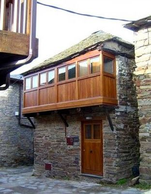 Old stone house in spain fachada de casa de pueblo hecha de piedra y balc n cerrado con madera - Casas piedra y madera ...