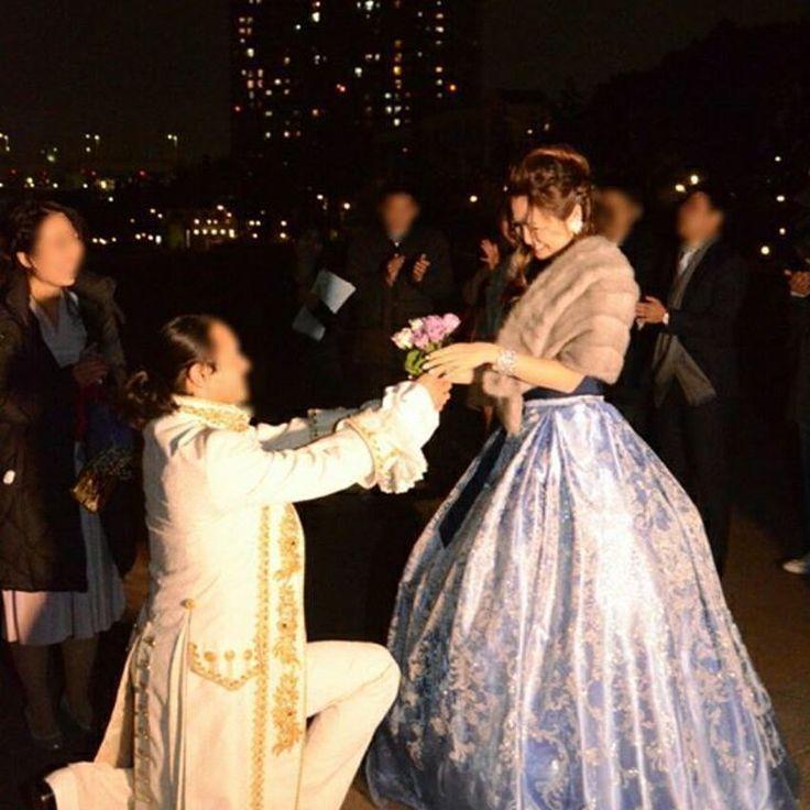 あらゆるシーンにご新婦さまのアイデアが光るラグジュアリーなウェディングでしたが、 二次会のラストは、ご新郎さまからご新婦さまへ「ダーズンローズ」が贈られました、  ダーズンローズは最近の結婚式で話題の結婚式の演出です。 花嫁に贈られる12本のバラにはそれぞれ意味があり、「感謝・誠実・幸福・信頼・ 希望・愛情・情熱・真実・尊敬・栄光・努力・永遠」を表しています。  ダーズンローズはご新婦さまのご希望を覚えていたご新郎さまからのサプライズ演出で、 ご新婦さまはとても感激したそうです。なんてすてきな演出でしょう! この愛の演出はぜひマネしてみたいですね!  今回は「可愛くなくする!」をコンセプトにご新婦さまのプロデュースで 個性的でとってもラグジュアリーな結婚式を挙げられたksm.wedさまの ホテルウェディング、いかがでしたか?  ksm.wedさまのウェディングは、ホテル会場でも細かいご相談をして、 自分たちらしい結婚式をあげることができるという良いお手本だと思います。 皆さまもぜひ参考にして、おふたりならではの個性をアピールする結婚式を つくりあげてくださいね!