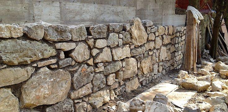 Muro in cemento armato rivestito in pietra naturale realizzato a Fiesole