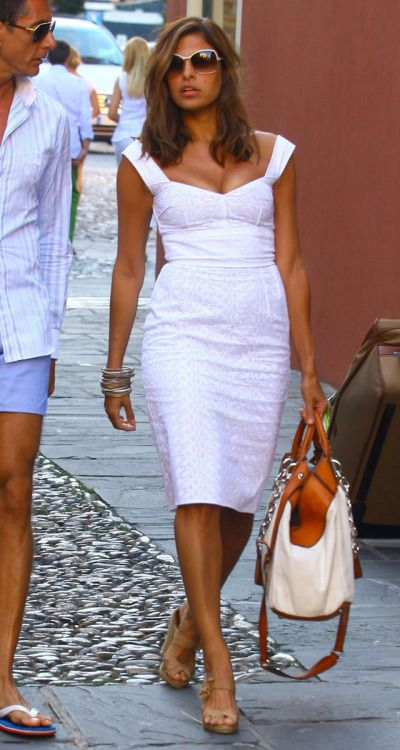 High waisted dress with a bit of cleavage and a gorgeous bag-such a classy travel style for Eva Mendes