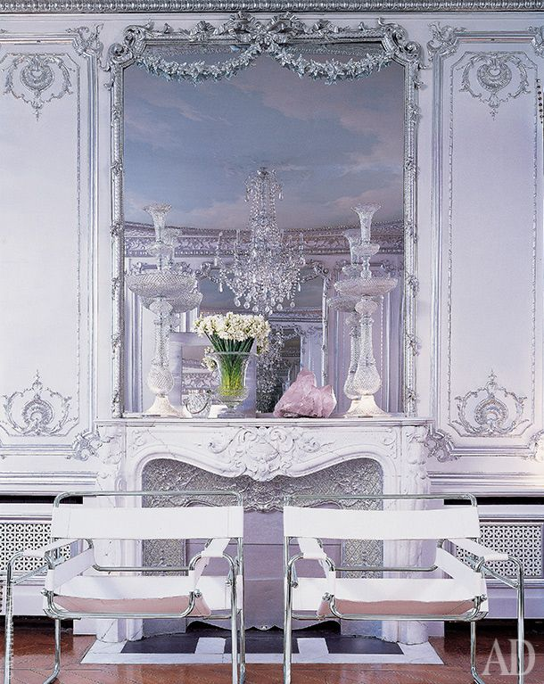 Серебряная комната: посеребренная лепнина, хрусталь идва кресла Wassily по дизайну Марселя Брейера.