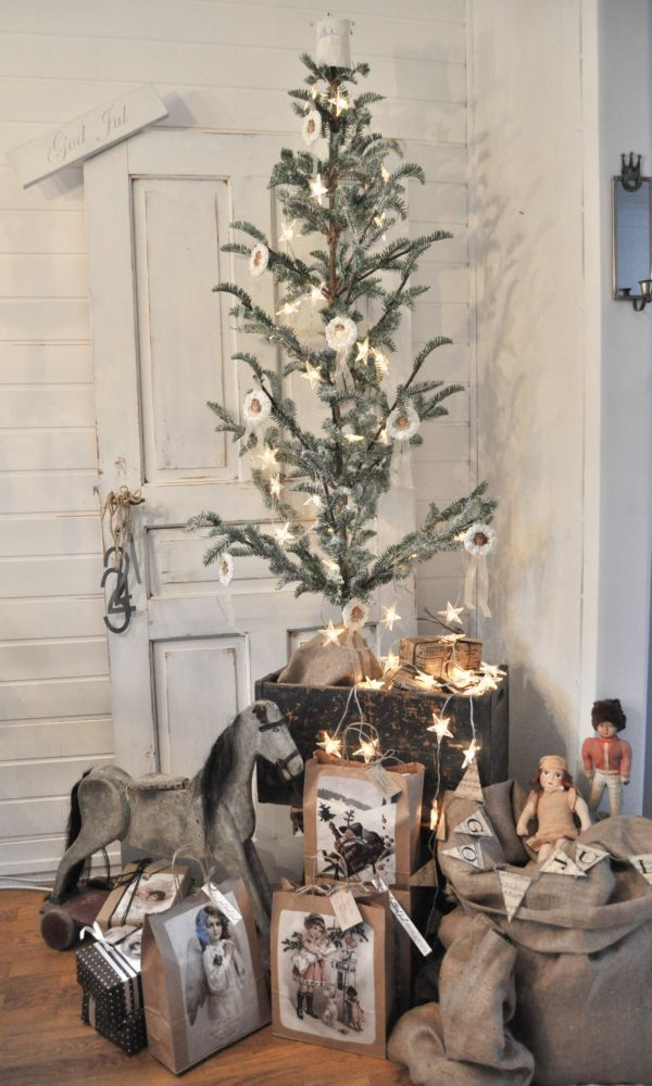 Shabby Chic skinny Christmas tree with old fashioned ornaments. Inspiration i vitt.