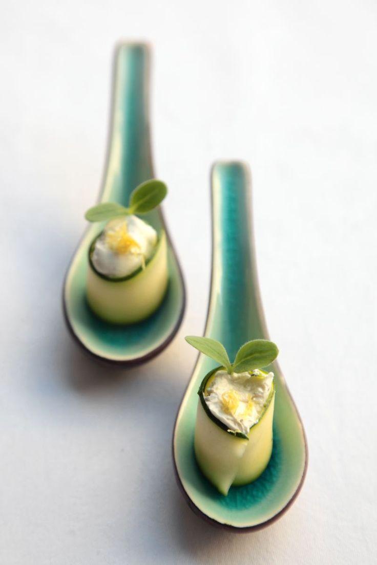 bereiden:Snijd de courgette in fijneplakjes.Leg ze op een schotel en bestrooi met zout en olijfolie. Laat 10 min. marineren.Meng de roomkaas met munt, peper, zout en olijfolie.Dep de plakjes courgette droog. Verdeel de kaas ervoer en rol mooi op.serveren:Leg op een lepel of schaaltje. Werk af met daikonkers en citroensap.tip:Gebruik een mandoline of dunschiller om de courgette te snijden.