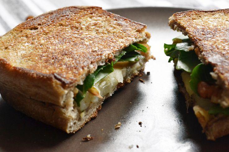 σάντουιτς με γραβιέρα, μήλο και σταφίδες