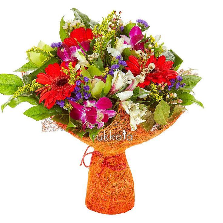 Яркий букет из красных гербер, зеленых орхидей и белых альстромерий  #gerbera #flowers #orchid