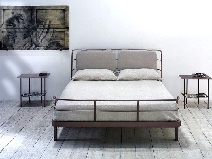 Bauhaus, letto in ferro con cuscini in canapa beige
