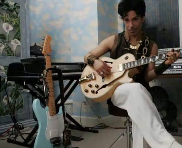 Rare pic of Prince playing his guitar 2009