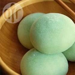 Einfache Mochi - Mochi sind sehr beliebte japanische Süßigkeiten - sie sind weich, leicht süß und klebrig. Hier werden sie mit roter Bohnenpaste gefüllt. Dazu heißen Tee servieren. @ de.allrecipes.com