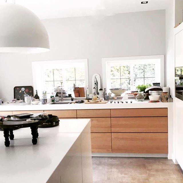 Een prachtig project afgerond! Strakke eiken keuken met wit eiland en wandkast. Deze keuken is aangevuld met schitterend apparatuur van @pittcooking @vincent.wkp en @miele_com! #newkitchen #interiordesign #oak #wood #sijmeninterieur #himacs #pittcooking #wkp #miele
