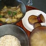 GAZIO - たまねぎ、じゃがいも、バジルの炒めもの。さつまいもの甘煮。賢者の妙泉は、かぼちゃとしょうが、有機栽培発芽玄米