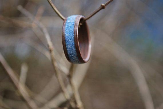 Schwarznuss Bentwood Holzringintarsie eisblau magaziniert.  Klassische schwarz Walnuss-Holz ist perfekt harmonisch mit den eisigen blau Versatz. Mit hellblau, dunkleres Blau und weiß gefleckt, ist dieser Ring pure Magie.  Mehrere Schichten von gedämpftem Black Walnut Veneer werden um sich herum gewickelt. Wir bestreichen Sie die Holz Ringe mit irgendein Wachs nicht, sondern hoch poliert zahlreichen Schichten von Cyanacrylat-Klebstoff. Alle unsere Holz Ringe werden von Hand geschnitten, und…