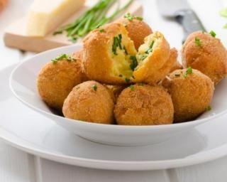 Croquettes de semoule au fromage râpé : http://www.fourchette-et-bikini.fr/recettes/recettes-minceur/croquettes-de-semoule-au-fromage-rape.html