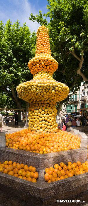 Mallorca ohne Orangen wäre wie Paris ohne Eifelturm. Ein Brunnen, verziert mit unzähligen Orangen.