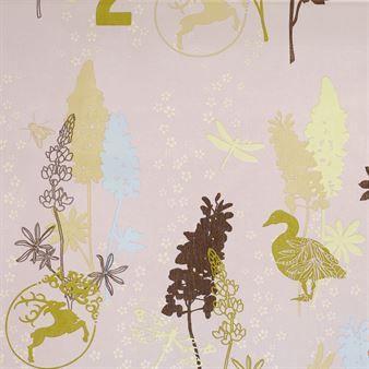 Winter flower vaxduk har ett vackert, naturinspirerat motiv som trots sitt namn passar utmärkt att använda året om. Mönstret är designat av Susanne Schjerning, en dansk formgivare känd för sina fantasifulla mönster i harmoniska färgkombinationer. Vaxduken blir en fin bas till dukningen och eftersom den är tillverkad av akrylbelagd bomull är den enkel att torka av och rengöra.
