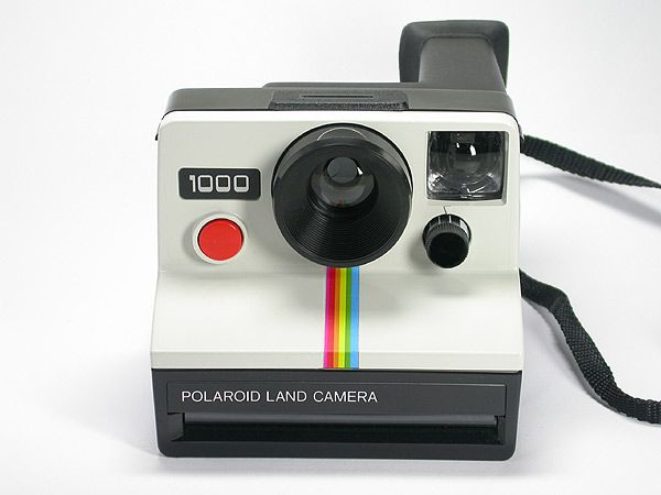 La cámara polaroid se inventó en 1948 y tenía la capacidad de revelar y positivar la imagen en 60 segundos. Fue inventada por  Edwind Land.
