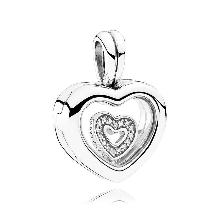 Pandora Hanger zilver 'Medaillon Heart' 792111CZ. Draag deze zilveren Pandora Medaillonhanger dicht bij je hart of aan jouw Bedelarmband. De Harthanger heeft dat geweldig harde en vrijwel krasvrije saffierglas, waarachter een klein hartje, schitterend door de pavegezette zirconiasteentjes. https://www.timefortrends.nl/sieraden/pandora/hangers.html