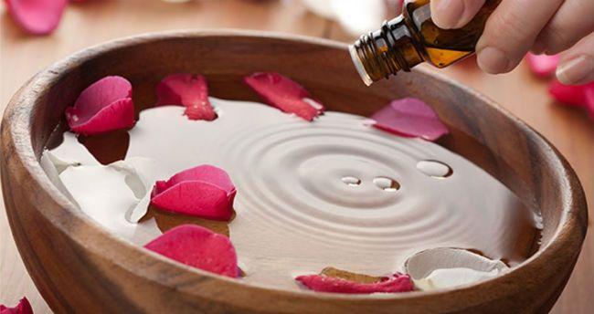 Vamos conhecer os benefícios da água de rosas, conhecendo para que serve e como fazer esta bebida, ao misturar as pétalas das flores com água.