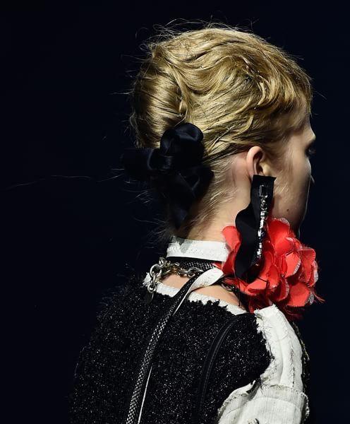 Dietro, un fiocco di velluto nero come fermaglio. #hairstyle #chignon #ss16