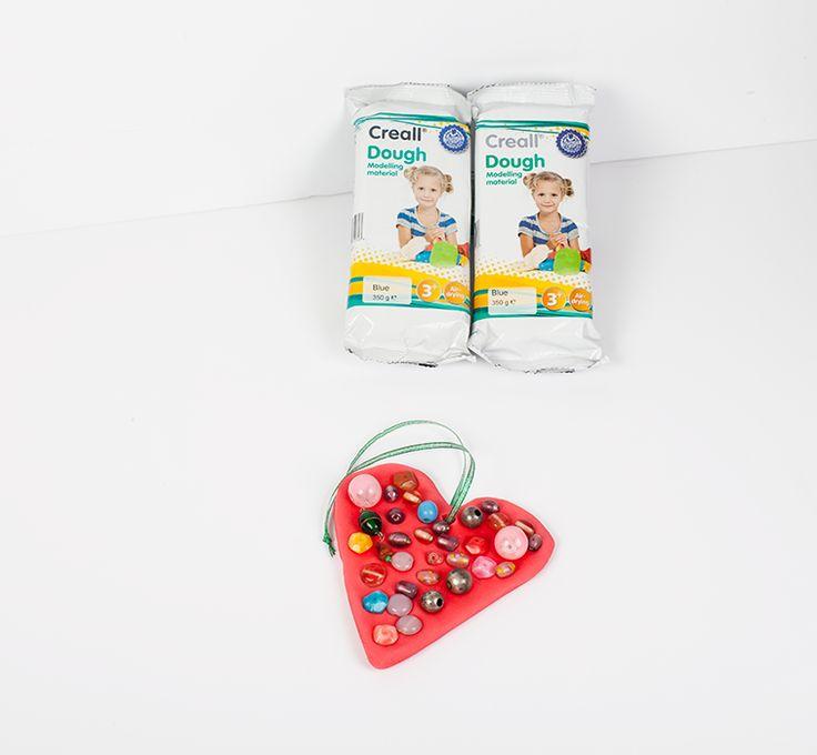Harten voor moederdag Moederdag komt er weer aan! Dus maken de kinderen een veelzeggend geschenk voor moeders. We gaan versierde harten maken. Gebruik de zelfdrogende Creall Do & Dry of Creall Dough. fb.me/6gBEqKvAS