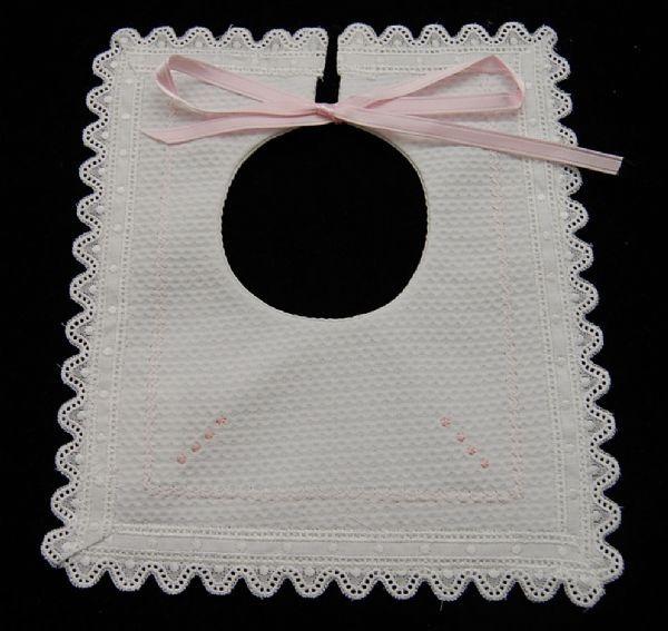 Babero de piqué cuadrado blanco con rosa o celeste | Ropa-bebe.es