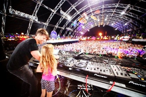EDC Las Vegas 2012 BT brings his daughter on stage to show how the bills get payed. Amazing <3