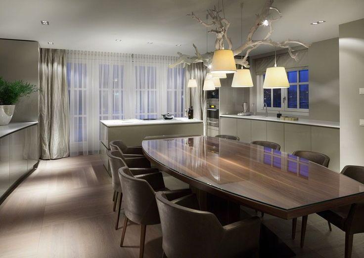 Jasnoszare meble w kuchni połączonej z jadalnią