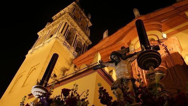 Pasión y Muerte es una de las hermandades de la Semana Santa de Triana. Realiza su estación de penitencia el Viernes de Dolores por las calles del arrabal   #SSantaSevilla15 #SemanaSanta