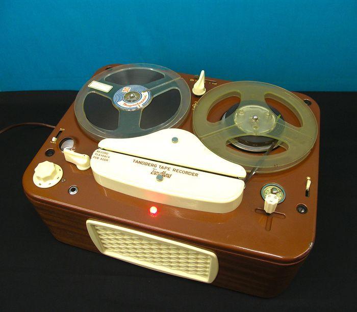 """Tandberg 2T - bandrecorder - Zweden 1954-61  mooie zeldzame bandrecorder in goede werkende staat  enkel de aan en uit schakelaar blijft wat hangen bij het """"uit """" zetten maar na een tweede poging of een tikje op de schakelaar doet hij het weer origineel zaten deze toestellen in een koffertje maar dit is er niet bij . opgelet het toestel werkt op 110 volt maar er word een transformator meegeleverd met het toestel merk - Tandbergtype- 2Tland van oorsprong - Zweden - Oslo lampen - ecc83 - ef804…"""