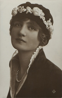 Beautiful Lily Elsie, circa 1916.
