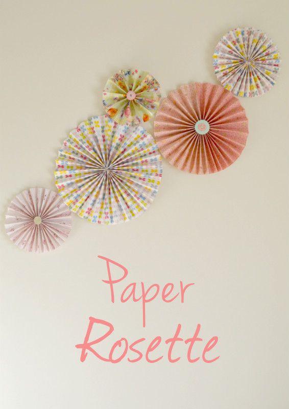 Se siete alla ricerca di un'idea simpatica e soprattutto economica, per decorare una parete ancora vuota, le coccarde di carta sono la soluzione giusta per voi! Ecco il link con il tutorial http://www.lafigurina.com/2016/01/tutorial-realizzare-delle-coccarde-carta-decorare-le-pareti/