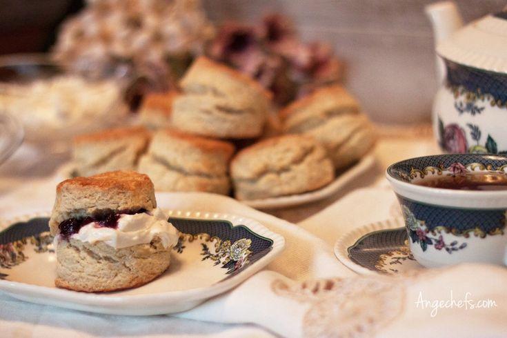 Scones! En esta receta vamos a preparar unos Scones clásicos. Los Scones son unos panecillos típicos del Reino Unido y originarios de Escocia. Se preparan en un momento y son ideales para tomar en el desayuno o la merienda.
