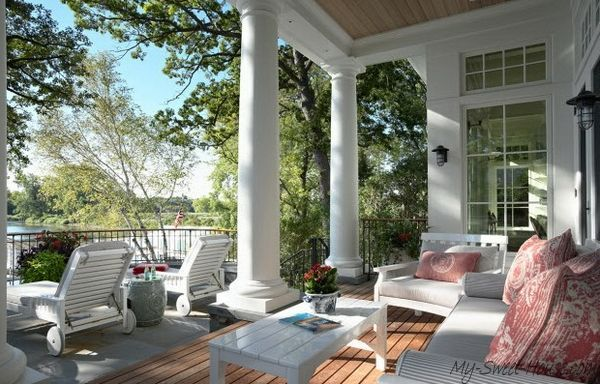 Houten veranda met zuilen kolommen en wit meubilair