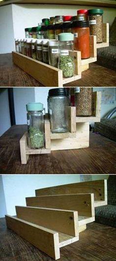 Une étagère à épices faite maison avec des planches de palettes. en 2020   Cuisine bricolage ...