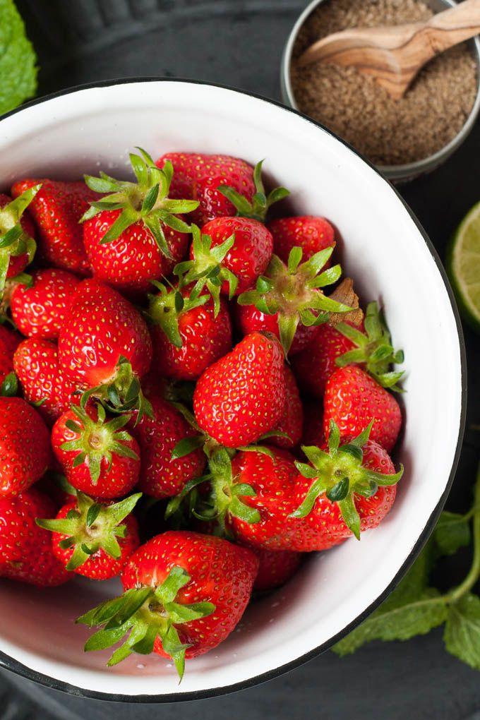 Erdbeer-Minz-Salat aus vier Zutaten. So lecker! Dieses 10-Minuten Healthy Snack ist einfach, schnell gemacht und super erfrischend - kochkarussell.com