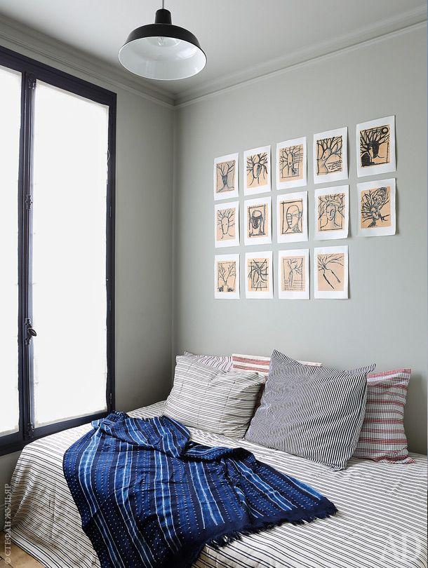 Спальня. Надкроватью на стене— рисунки тушью, выполненные отцом хозяина квартиры, художником Франком Эванну. Светильник измагазина винтажной мебели Le Nouveaux Brocanteurs.