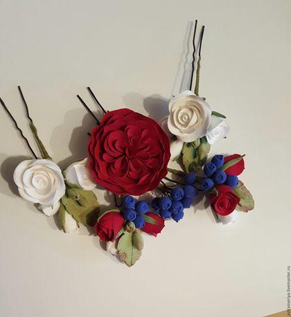 Купить или заказать Шпильки для волос с розочками бордовыми из полимерной глины в интернет-магазине на Ярмарке Мастеров. Свадебные шпильки для прически с розами цвета бордо и черникой. Цена указана за 1 шпильку. Возможно заказать в комплекте Белая роза 4 см - 400р за 1 шт. Бордовая роза 5 см - 400 р 1 шт Шпилька с белями розочками - 400 р за 1 шпильку Ягоды. Бутоньерку. Комплектация по вашему желанию. Возможно выполнить в другом цвете.