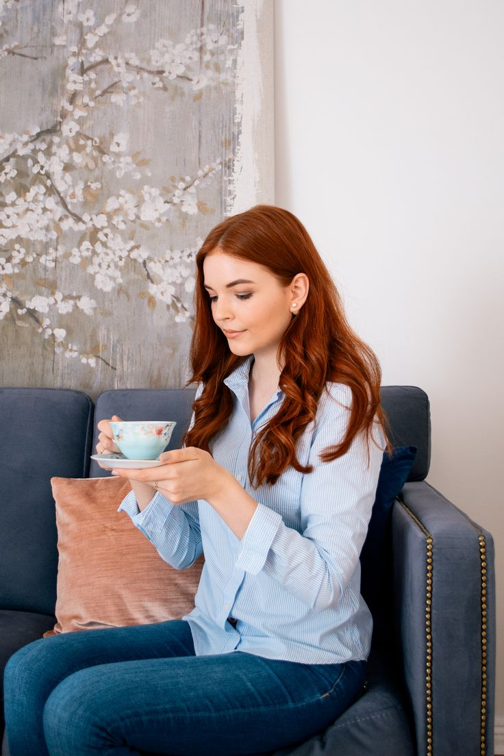 Afternoon tea on my grey velvet sofa - Magnolia Charles - Berlin based feminine Fashionblog
