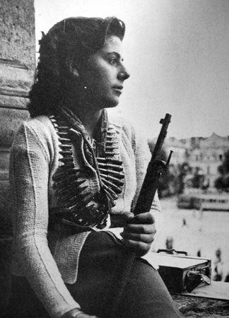 Une jeune résistante pendant l'insurrection de Paris en Août 1944 un COEUR ♥