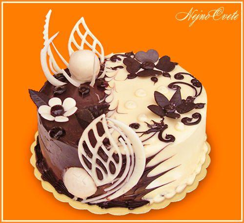 Dort krémový * narozeninový - zdobený bílými a tmavými čokoládovými ozdobami.