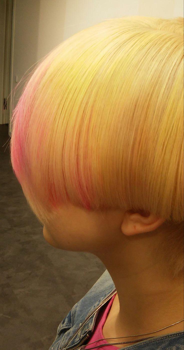 мультитональное окрашивание волос. Яркий образ. Блонд. Розовые пряди.
