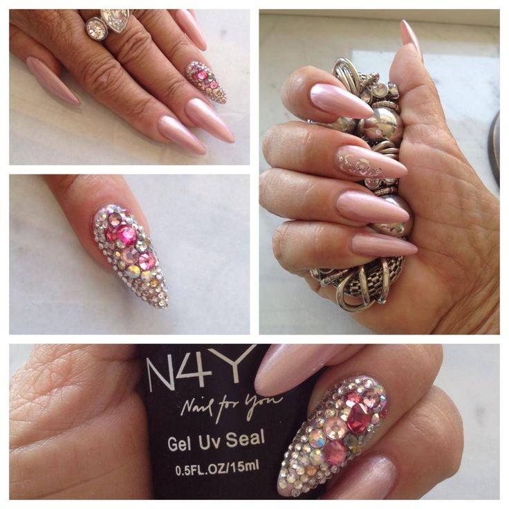 Gele design negle lavet af Helle Ladehoff med Nail4you negle produkter. Diamant negle. Nude negle med diamanter og negle glimmer i mandel formede negle