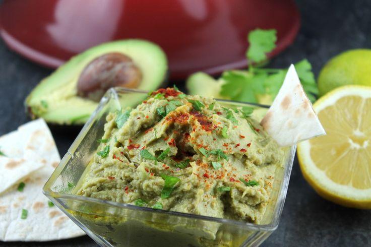 Cómo hacer hummus de aguacate con toque picante. Cocina fusión mexicana y árabe ideal como aperitivo en una cena entre amigos.