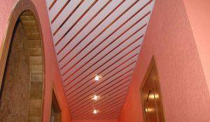 Реечные потолки представляют собой конструкцию, состоящую из алюминиевых или стальных панелей, покрытых многослойным лаковым покрытием
