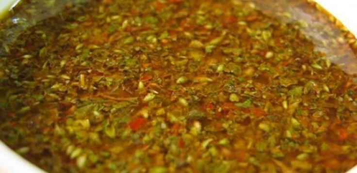 200 g de cebola picadinha  - 50 g de alho picadinho  - 75 g de salsinha picadinha  - 500 g de tomate sem sementes cortados em cubos pequenos  - 1 pimenta malagueta sem sementes picadinha  - 5 g de tomilho desidratado  - 10 g de orégano desidratado  - 1 pitada de cominho moído  - 1 colher (sobremesa) de páprica doce  - 20 g de sal grosso  - Raspas da casca de 1/2 limão  - 60 ml de vinagre de xerez  - 125 ml de vinagre de vinho branco  - 360 ml de azeite  - 250 ml de óleo de girassol  - 360 ml…
