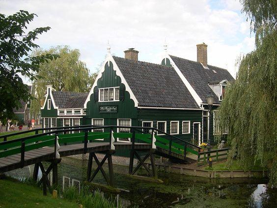 Zaanse Schans világszerte híres a nyolc történelmi szélmalmok, épültek a közép-késő 16. században, és a 35 történelmi házak.  Szomszédságában található a szélmalmok a Zaans Múzeum, a skanzen vitrinekben kiállított kiemelve a történetét Zaan .: