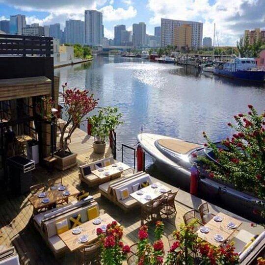 Hoje em dia o Seaspice é um dos lugares mais badalados de Miami... localizado à beira do Miami River o ambiente é descontraído e bem decorado... o cardápio é variado com ênfase em frutos do mar... música animada e ótimos drinks garantem o sucesso deste que é um dos restaurantes do momento da cidade... Vale a pena tanto no almoço quanto no jantar... mas lembre-se de fazer reserva... o brunch nos finais de semana é animadíssimo! by entretacasecheckins